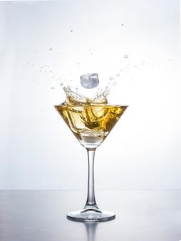 Martini of cocktail met plons