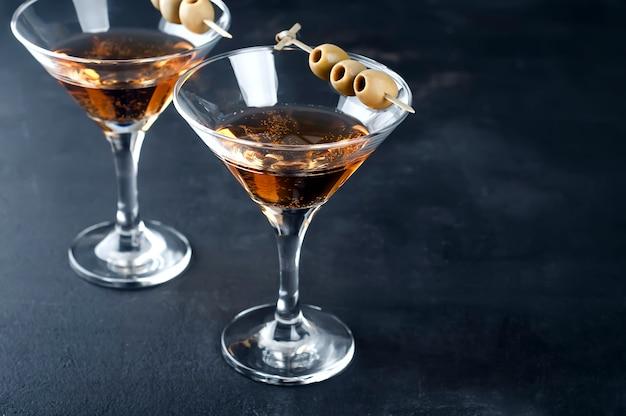 Martiniglas en olijven
