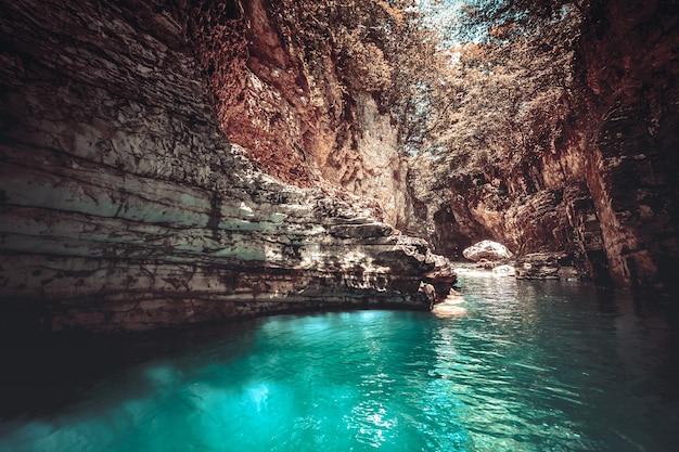 Martvili-canion in georgië. prachtige canyon met blauwe water berg rivier. plaats om te bezoeken. natuur landschap. reizen achtergrond. vakantie, raften, sport, recreatie. vintage retro kleurfilter