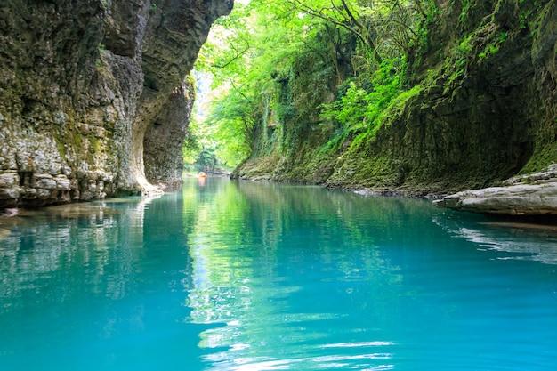 Martvili-canion in georgië. prachtige natuurlijke kloof met uitzicht op de bergrivier abasha