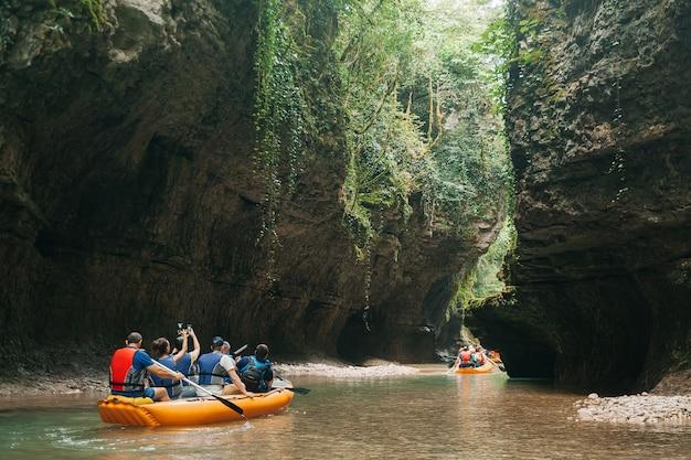 Martvili / georgië. een groep toeristen die in een rubberboot op de rivier martvili-canion drijven