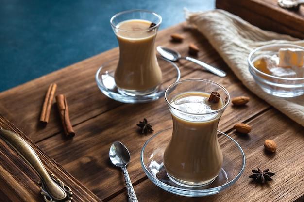 Masala chai met kruiden in glazen bekers