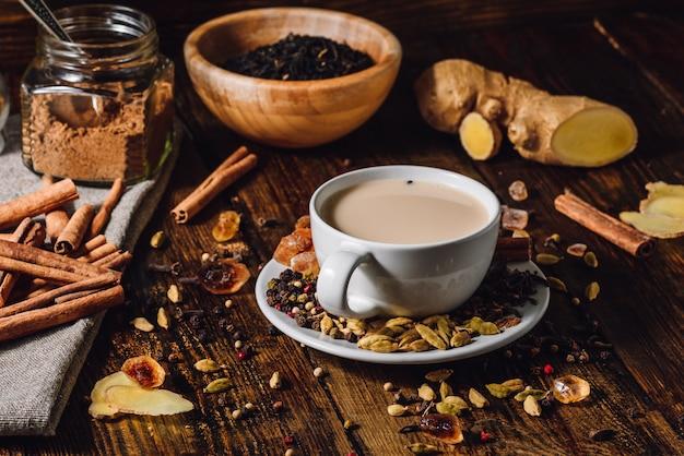 Masala chai met verschillende ingrediënten