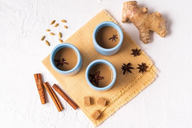 Masala chai thee in een mok, anijs kruiden, suiker