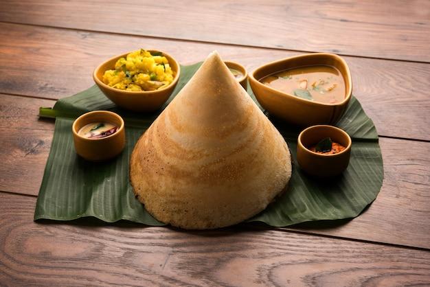 Masala dosa met chutney en sambar en aardappel sabzi cone triangel of roll shap