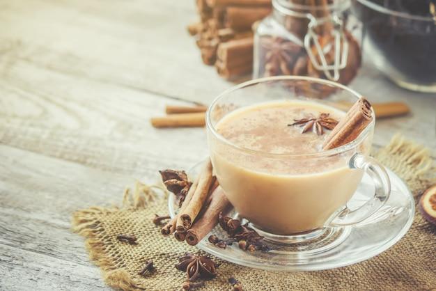 Masala-thee. selectieve aandacht. eten en drinken.