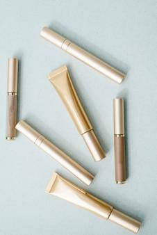 Mascara's in verschillende gouden verpakkingen. het concept van make-up, mode en schoonheid. bovenaanzicht, platliggend