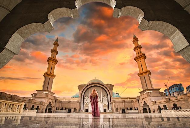Masjid wilayah persekutuan bij zonsondergang in kuala lumpur, maleisië.