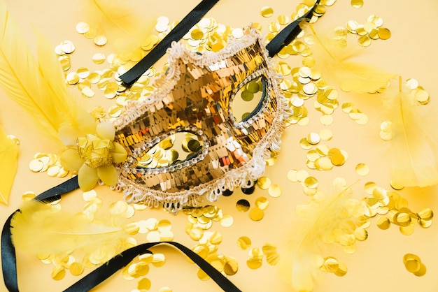 Masker in de buurt van verspreide glitters