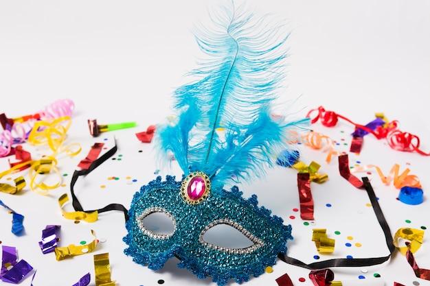 Masker met veren op confetti