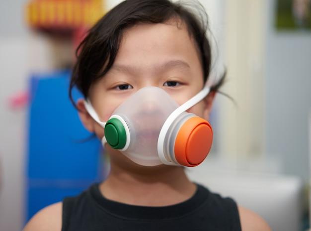 Masker op gezicht om kind te beschermen tegen covid 19