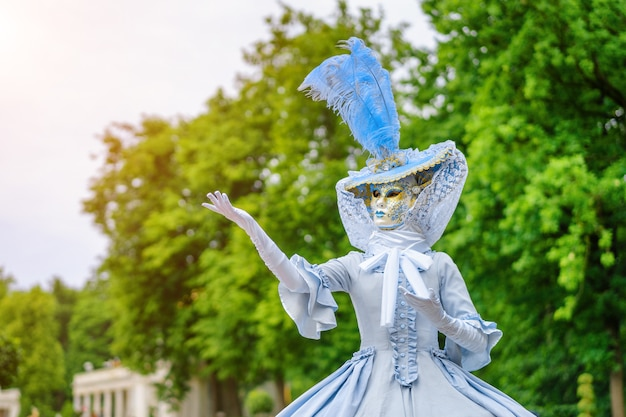 Maskeradebal, een vrouw in een prachtige jurk en venetiaans masker
