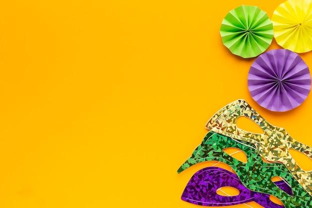 Maskers en papieren decoraties kopiëren ruimte
