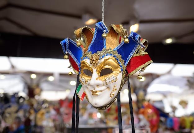 Maskers verkocht aan de vooravond van het beroemde venetiaanse carnaval.