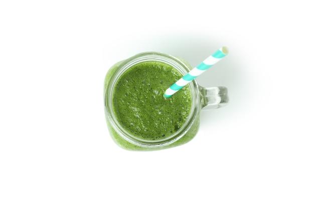 Mason jar groene smoothie geïsoleerd op een witte achtergrond