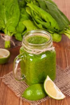 Mason jar mokken gevuld met groene spinazie en boerenkool gezondheid smoothie