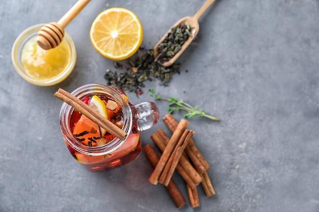 Mason jar warme aromatische drank met kaneel en citroen op tafel