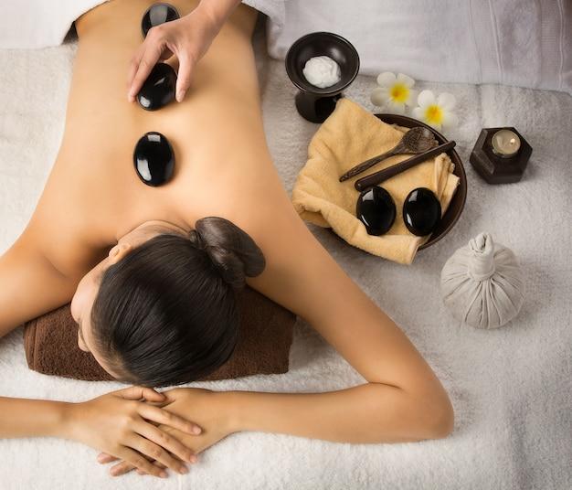 Massage met spabehandelingen. schoonheidsbehandelingen. spa hete stenen. bovenaanzicht