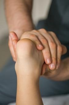 Massage op baby voet