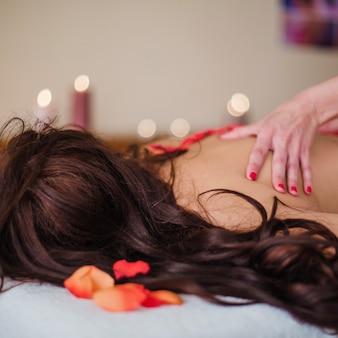 Massage therapist ontspannende klant