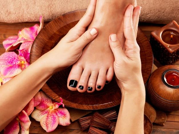 Massage van de voet van de vrouw in de kuuroordsalon - het concept van de schoonheidsbehandeling