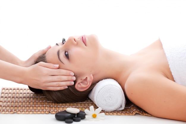 Massage van het gezicht voor de vrouw in de spa salon