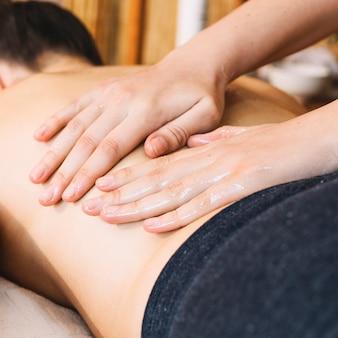 Massageconcept met ontspannen vrouw