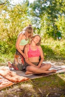 Massagemeisje voert adequaat een geweldige massage in de buitenlucht uit.
