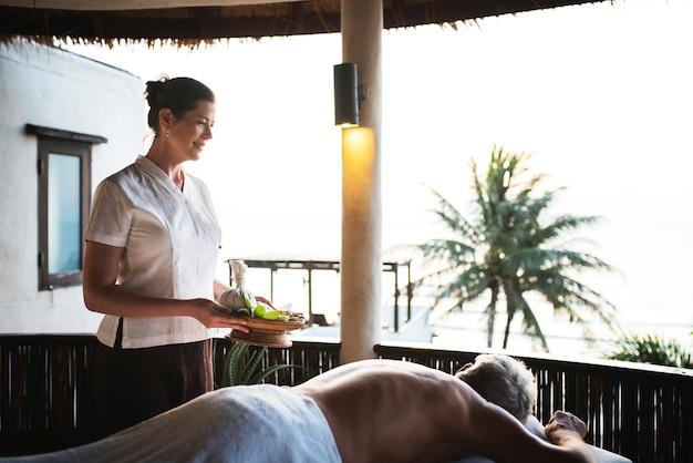 Massagetherapeut masseert in een spa