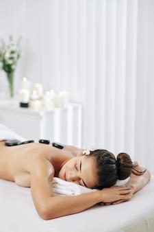 Massagetherapie met hete stenen
