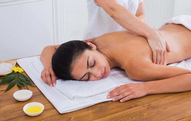 Massagist maakt lichaamsmassage in het wellnesscentrum van de spa
