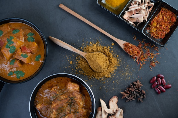 Massaman curry in een koekenpan met kruiden op de cementvloer