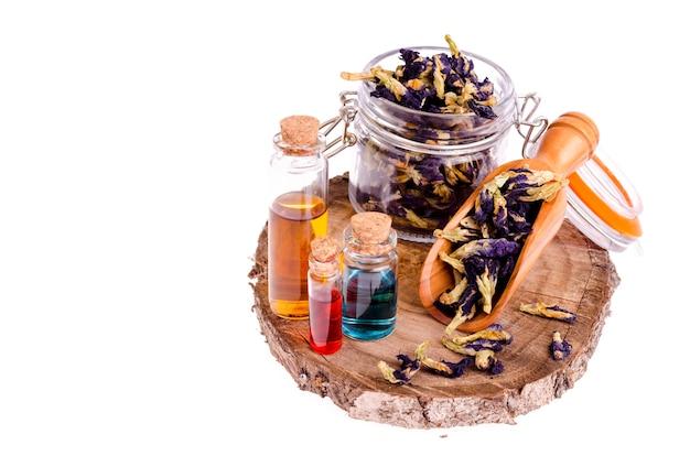 Masseer olie in flessen van gedroogde grondstoffen, bloemen voor aromatherapie en volledige ontspanning.