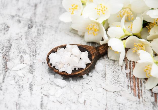 Masseer zout en jasmijnbloemen