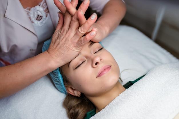 Masseur doet massage op het lichaam van de vrouw in de spa salon