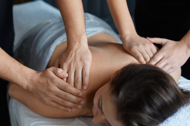 Masseur maakt massage