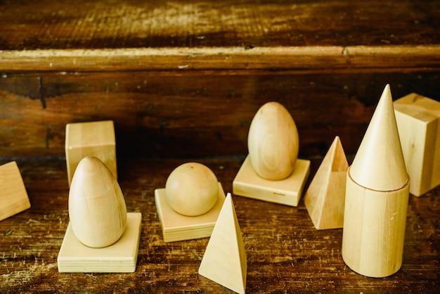 Massief houten vormen om geometrie en volumes te bestuderen, kegels