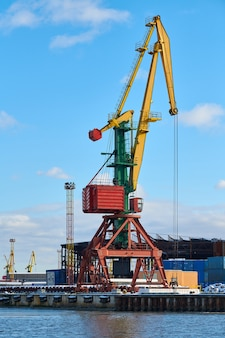 Massieve havenkranen in zeehaven. zware laadkadekranen in de haven