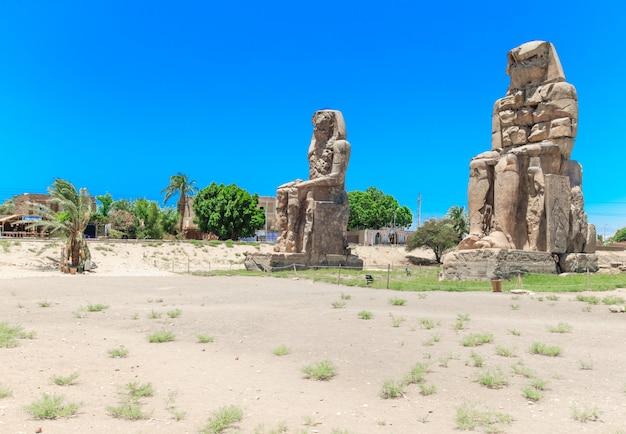 Massieve stenen beelden van farao amenhotep iii