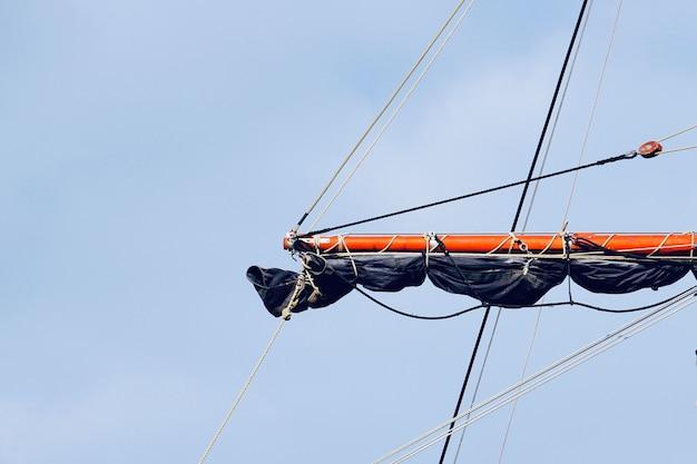 Mast van de zeilboot, zeil en touw