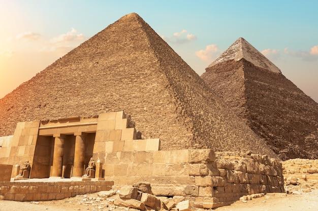 Mastaba van seshemnefer iv en de piramides van gizeh, egypte.