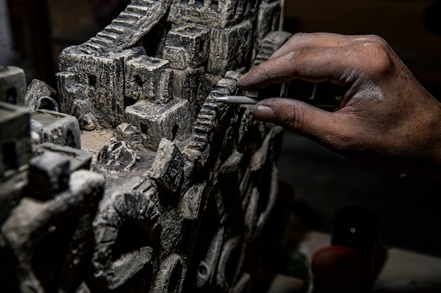 Master schoonmaken van oude stenen sculptuur