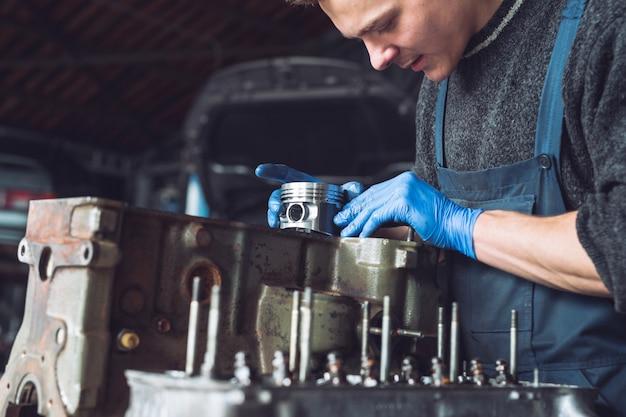 Master verzamelt een herbouwde motor voor de auto.