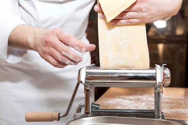 Masterclass. chef-kok bereidt gedeelte van traditionele italiaanse pasta