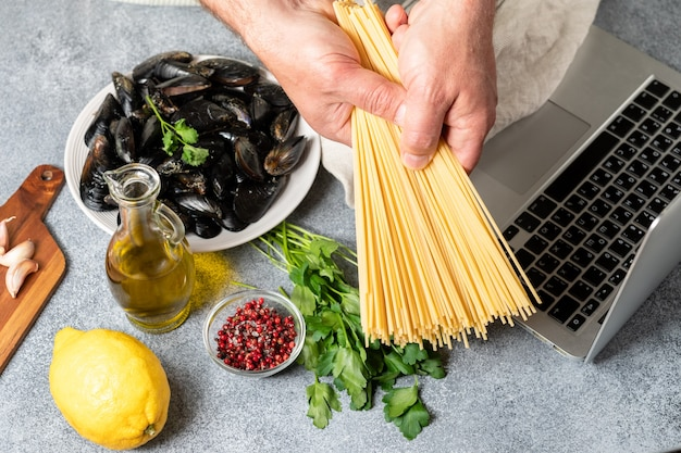 Masterclass online hoe je spaghetti kookt met mosselen met zeevruchten, peterselie