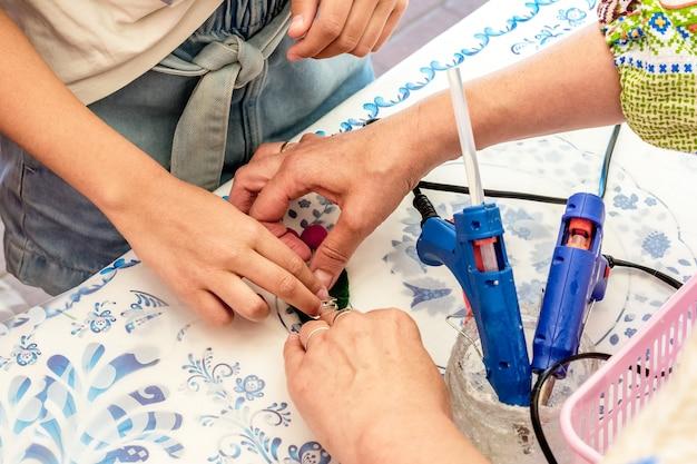 Masterclass over het maken van handgemaakte souvenirs een vrouw leert een kind een decoratief geschenk te maken