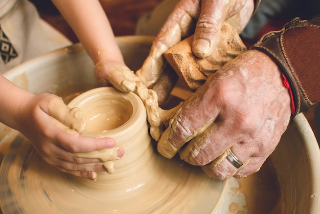Masterclass over het modelleren van klei op een pottenbakkerswiel in de pottenbakkerij