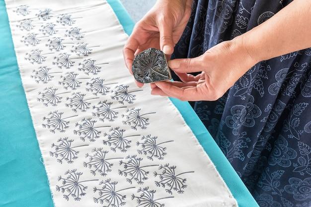 Masterclass over het tekenen van een patroon op een stof handmatige decoratie van textiel