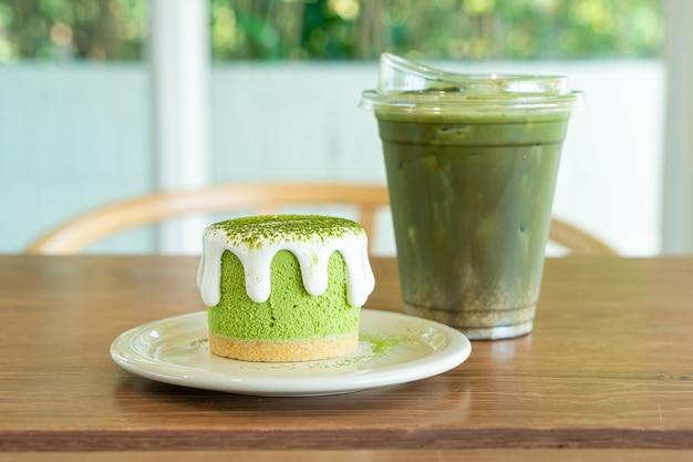 Matcha groene thee cheesecake met groene thee beker op tafel in café restaurant