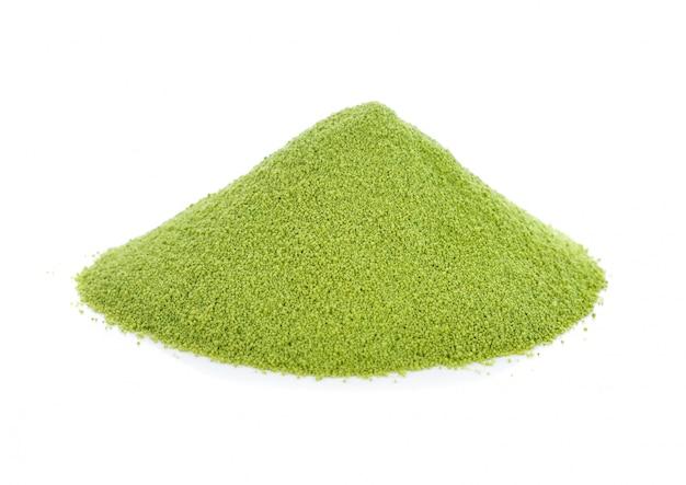 Matcha groene thee die op wit wordt geïsoleerd